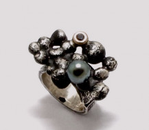 Sterling Silver, 9ct Yellow Gold, Tahitian Pearl and Sapphire RING. Gold mass 0.45 gms. R9,420